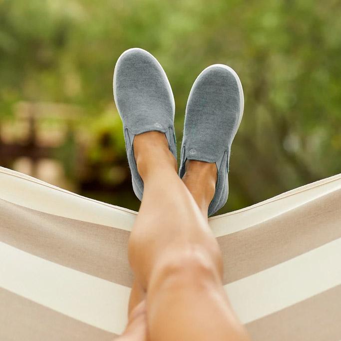 Graue Schuhe Frau in einer Hängematte